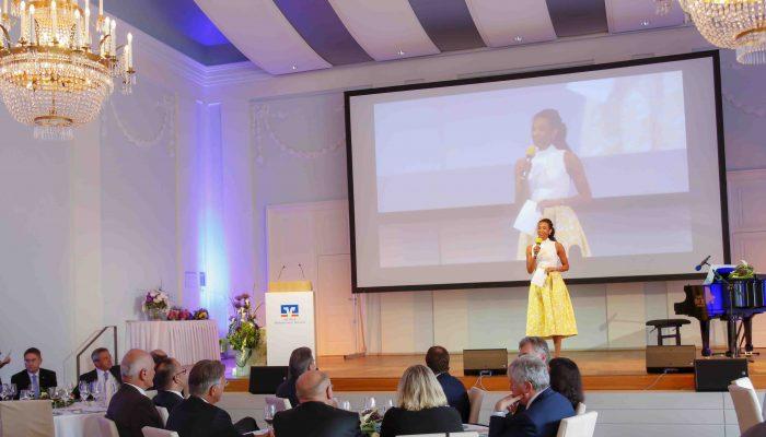 Anne Chebu moderiert Firmenfeier VR Bank