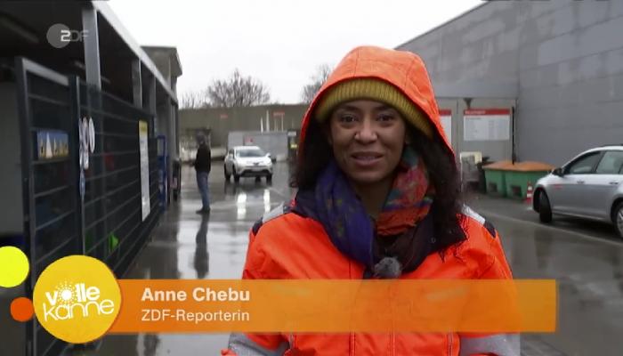Anne Chebu auf einem Recyclinghof